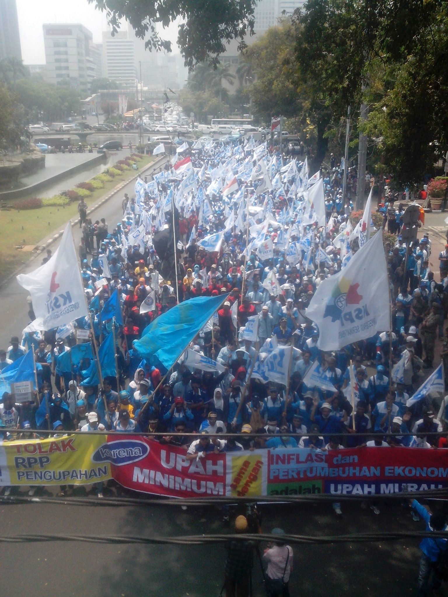 Aksi demonstrasi sebagai perwujudan komitmen (KOMITMEN)